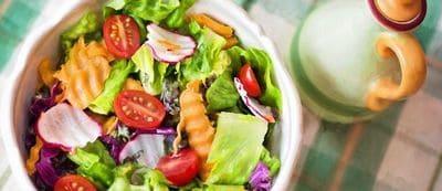Régime de printemps salade légumes crudités tomates carottes