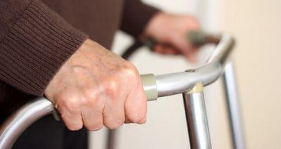 déambulateur marcher difficulté chutes béquilles accident tomber
