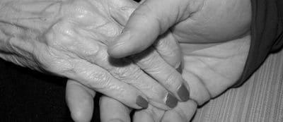 maltraitance femmes hommes maltraiter âgées faible gifler