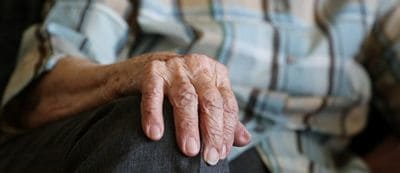 osteoporose maladie retraite vieillesse main doigt muscle